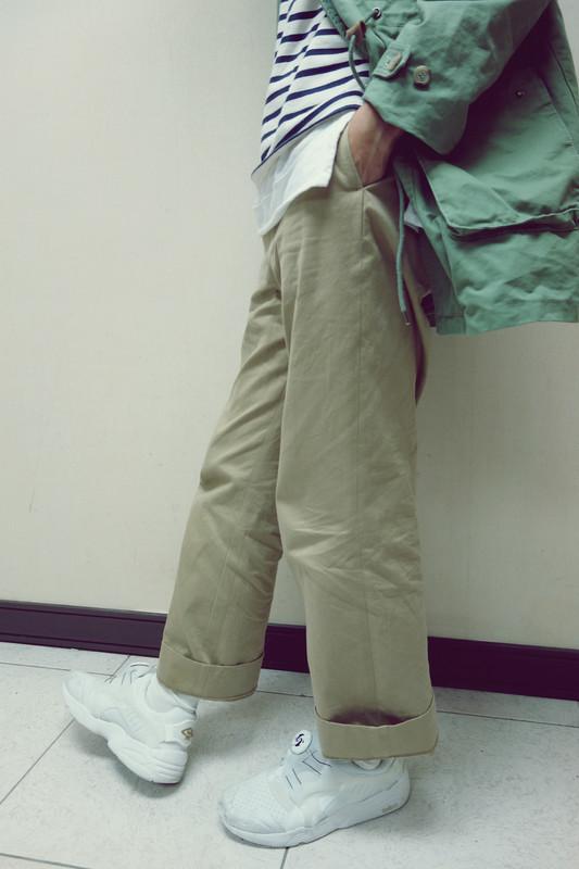 YAECA 的 寬版卡其褲