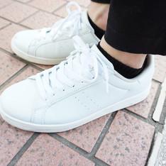 GU 的 白色運動鞋