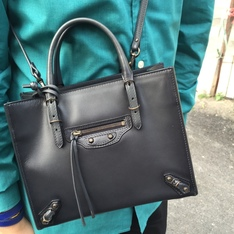 BALENCIAGA 的 SHOULDER BAG