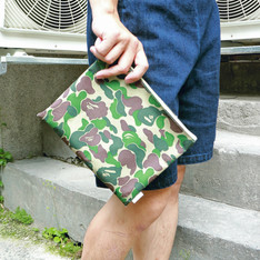 A BATHING APE 的 手拿包