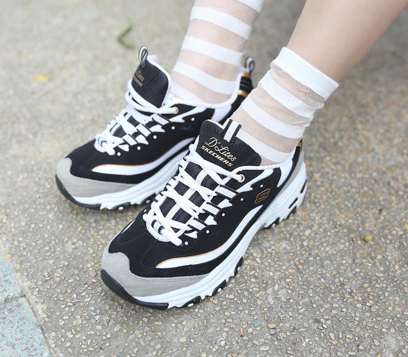 SKECHERS 的 慢跑運動鞋