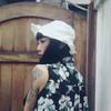 可壓邊調整形狀的白色漁夫帽,防潑水材質重量又輕,避暑穿搭必備。