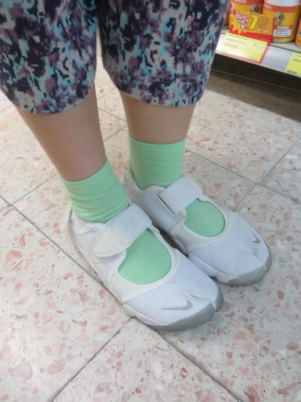 NIKE AIR RIFT 的 鞋子
