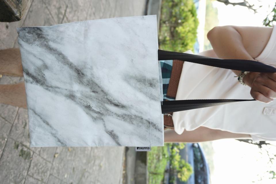 SNUPPED 的 大理石紋托特包