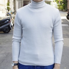 G.U. 的 TURTLENECK SWEATER