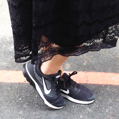 NIKE 的 NIKE WMNS AIR ZOOM FLY