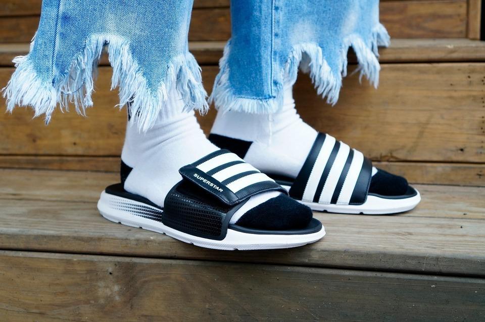 ADIDAS 的 拖鞋