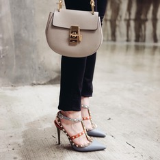 VALENTINO 的 COLOR-BLOCK ROCKSTUD DECOLLETé