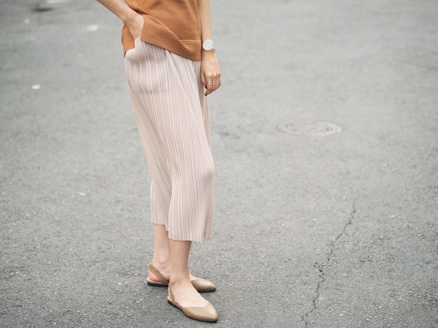 YANG 的 微光澤壓摺寬褲 與 手工真皮尖頭涼鞋