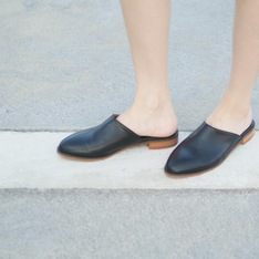 YANG 的 極簡流線皮革拖鞋