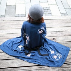 L'ACADEMIE X REVOLVE 的 X REVOLVE THE SILK ROBE 蠶絲長袍