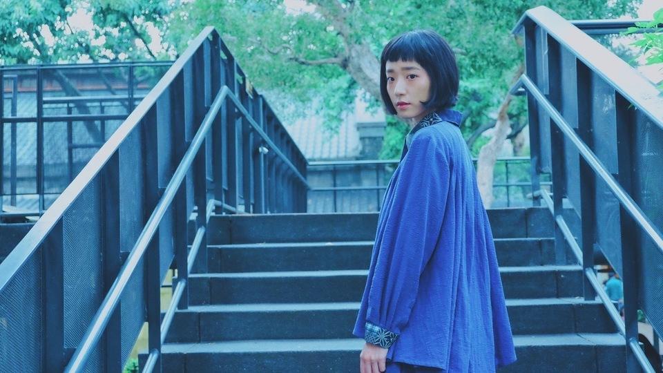 HELLO PHOEBE 的 肌裏竹節花柄藏藍拼布//層次翻領長袖襯衫