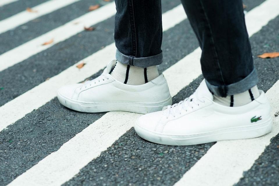 LACOSTE 的 極簡皮革白鞋