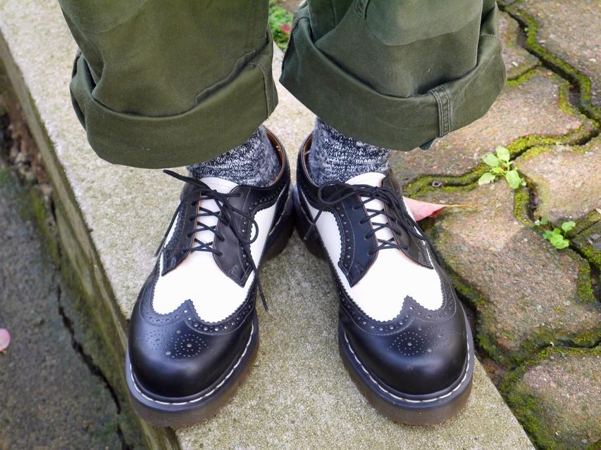 DR. MARTENS 的 雕花皮鞋