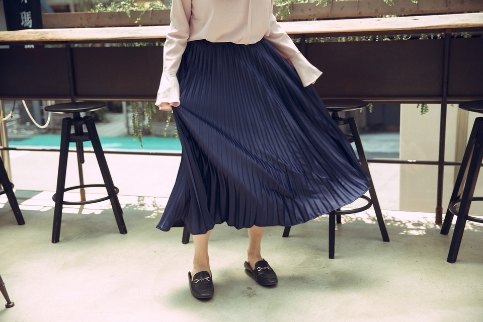 MISS CHERRY 的 正韓超美光澤質感百褶長裙